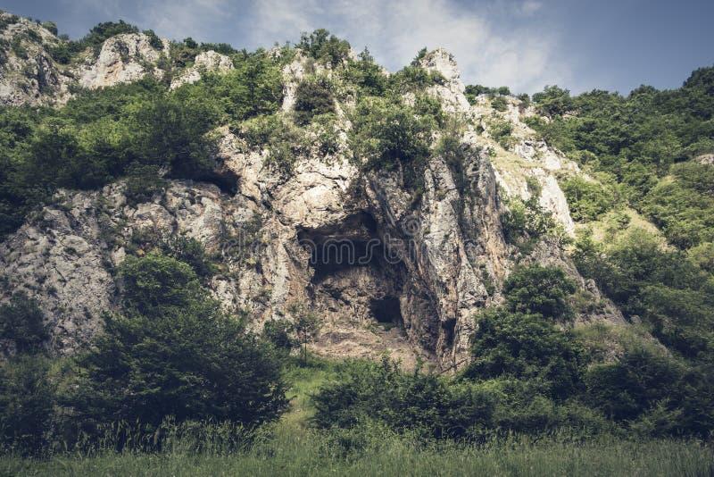 Stenig massiv i klyftorna av den Platano floden arkivfoton
