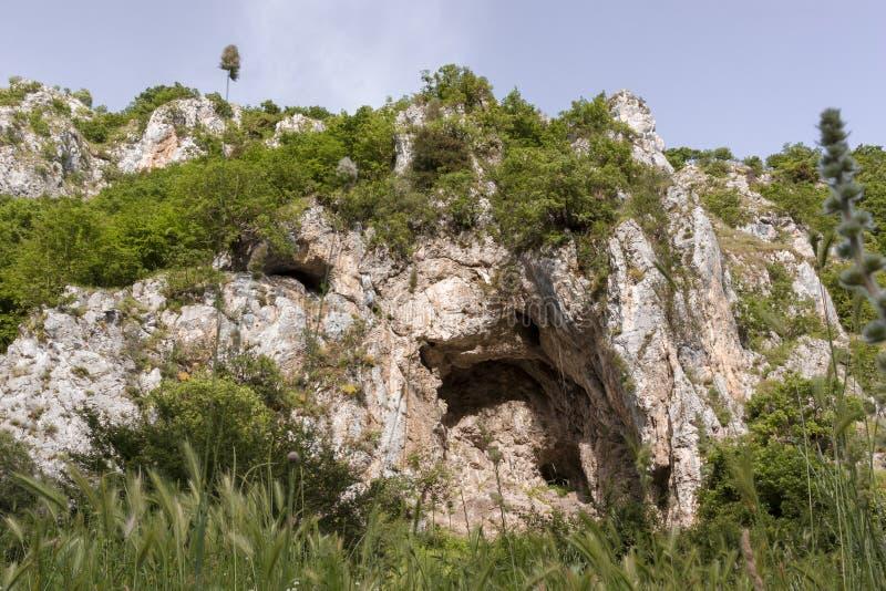 Stenig massiv i klyftorna av den Platano floden royaltyfria foton