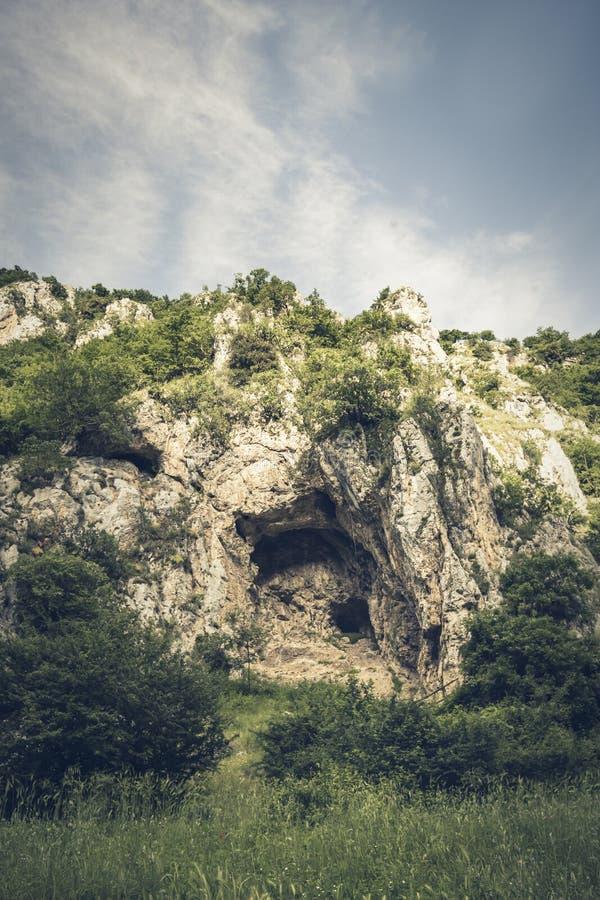 Stenig massiv i klyftorna av den Platano floden arkivfoto