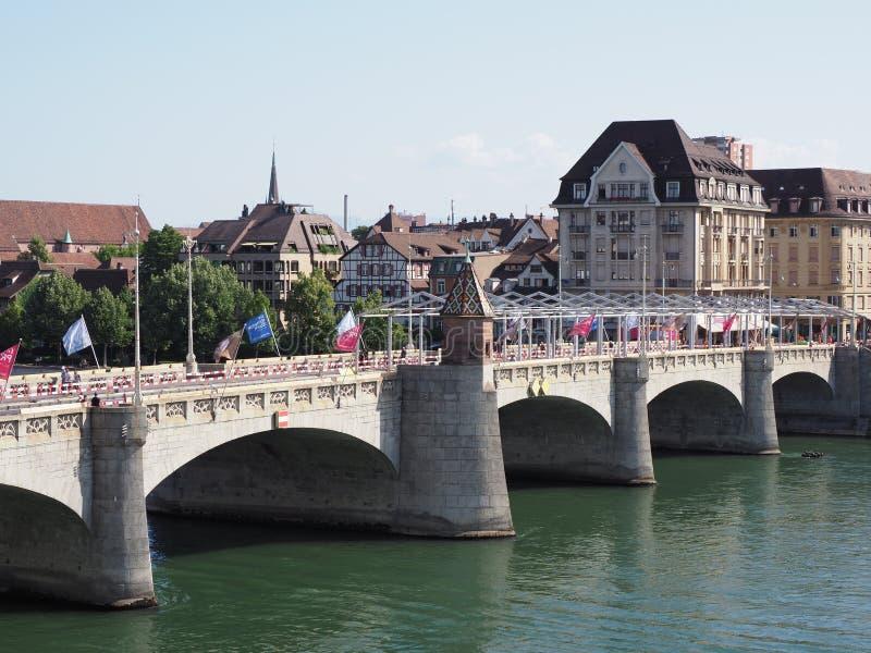 Stenig mellersta bro över Rhine River i schweizisk stadsBaselmitt med representativa historiska byggnader i Schweiz arkivbild