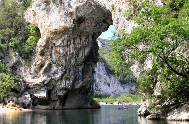 stenig naturlig pont för bågbro D france royaltyfri bild