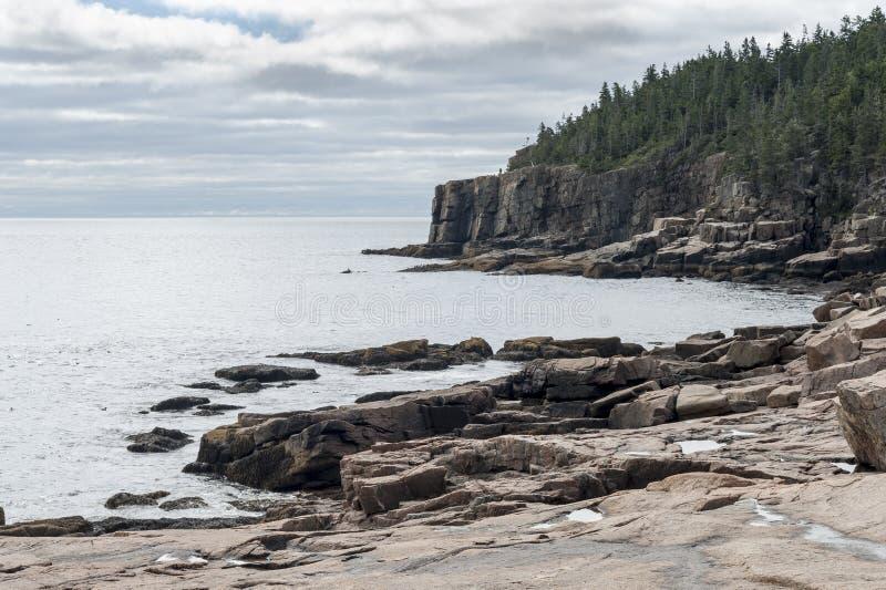 Stenig shoreline nära utterklippan i Acadianationalpark arkivbilder