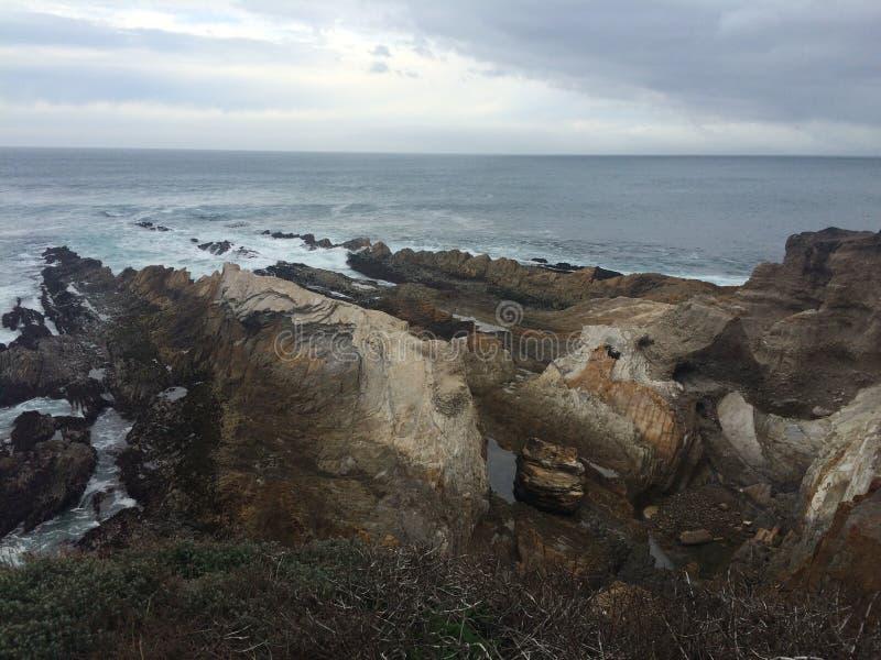 Stenig shorelinesikt av havvatten royaltyfri fotografi