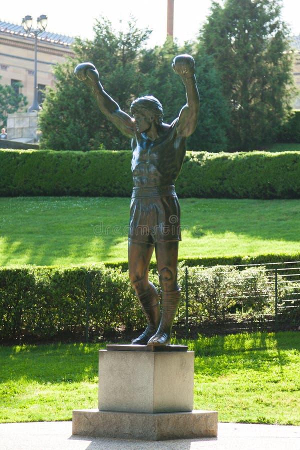 Stenig staty nära konstmusem i Philadelphia - Pennsylvania - U royaltyfria foton
