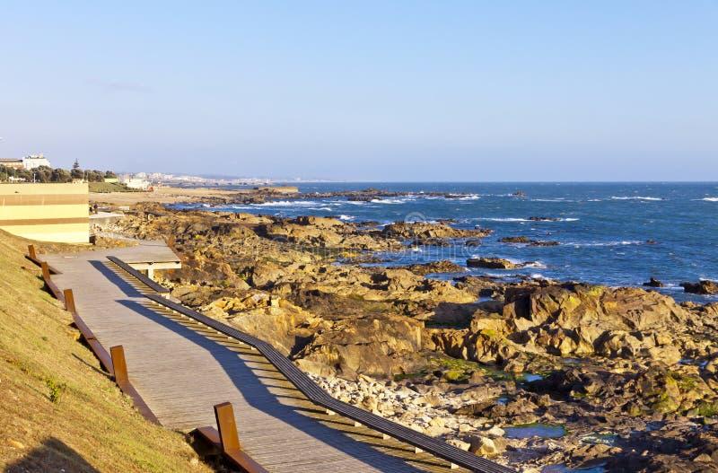 Stenig strand av Atlantic Ocean i Matosinhos, Porto, Portugal royaltyfri fotografi