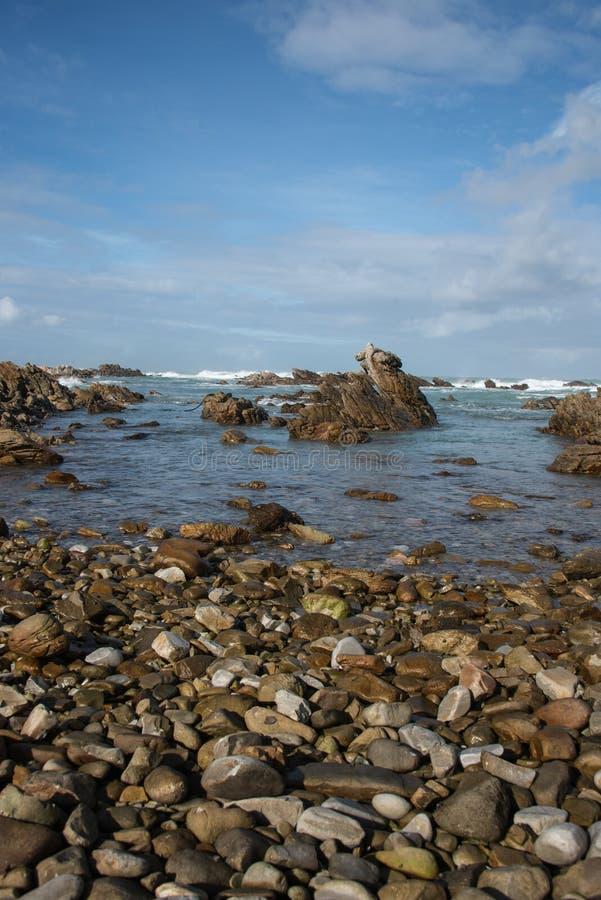 Stenig strand på udde Agulhas royaltyfria bilder