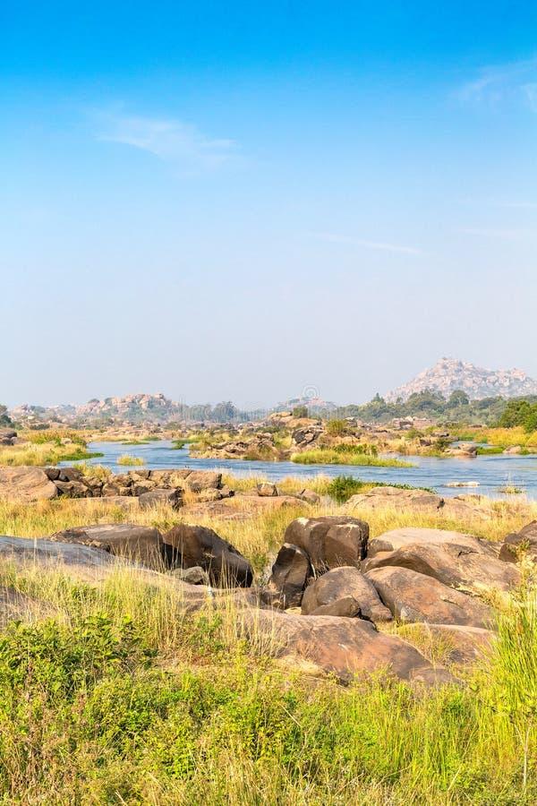 Stenig terräng på den Tungabhadra floden, Hampi, Karnataka, Indien arkivfoton