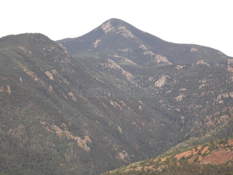 Steniga berg för sommar royaltyfri foto