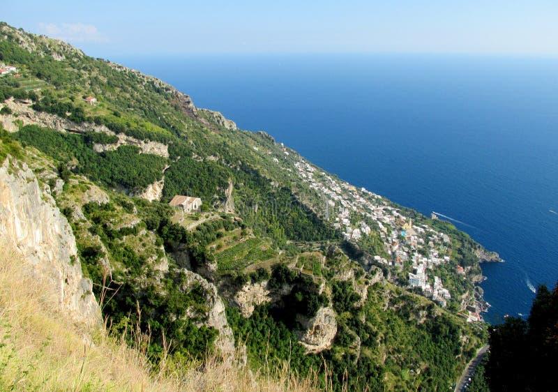 Steniga berg och gröna kullar ovanför havet royaltyfria foton