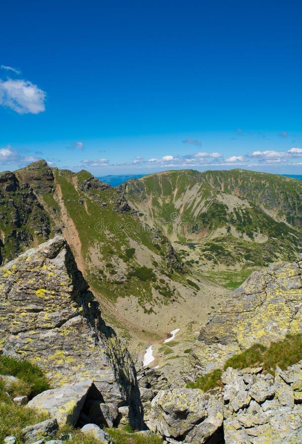 Steniga berg på en härlig sommardag fotografering för bildbyråer