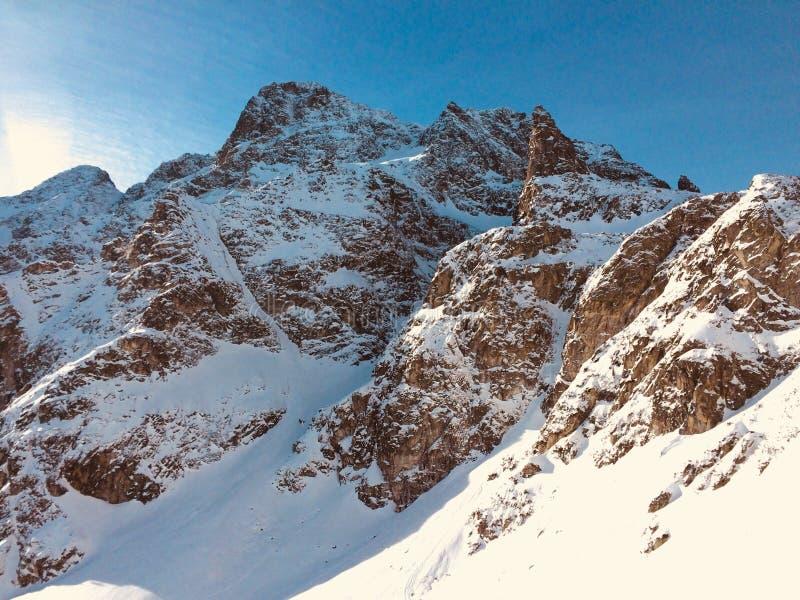 Steniga berg på en solig vinterdag arkivbilder