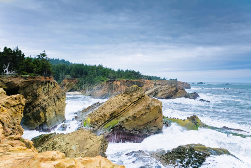 Steniga kust- klippor arkivfoto