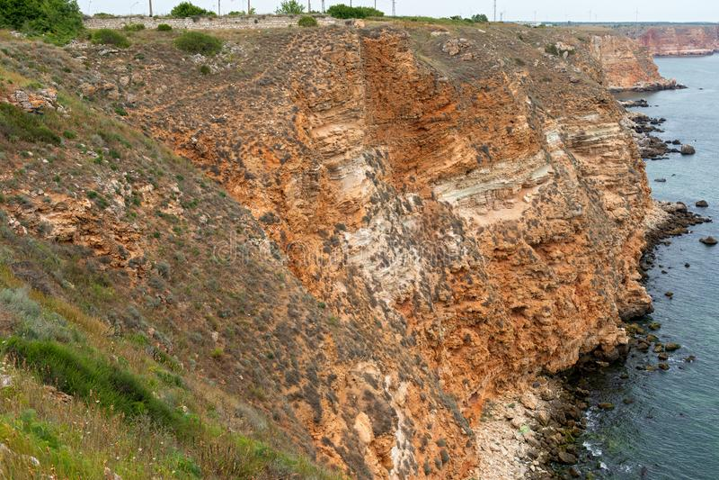 Steniga leraklippor på stranden royaltyfri foto