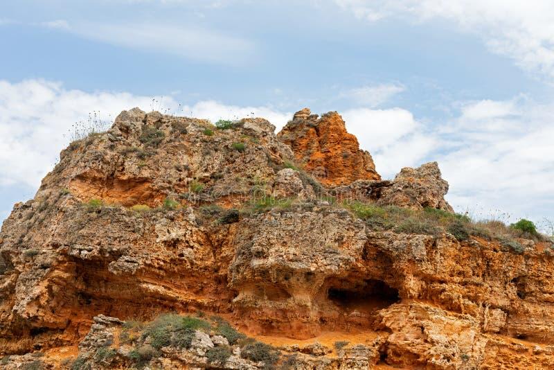 Steniga leraklippor på stranden royaltyfri bild