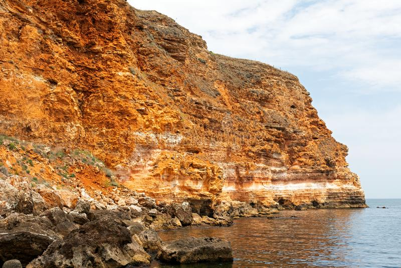 Steniga leraklippor på stranden royaltyfria foton