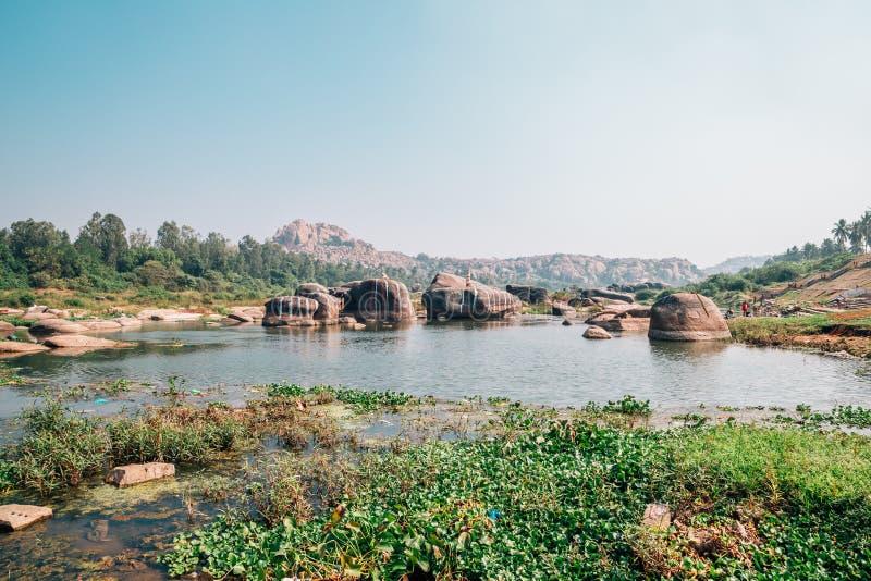 Stenigt berg och flod i Hampi, Indien royaltyfri foto