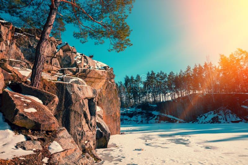 Stenigt djupfryst för granit lakeshore på en solig dag arkivbilder