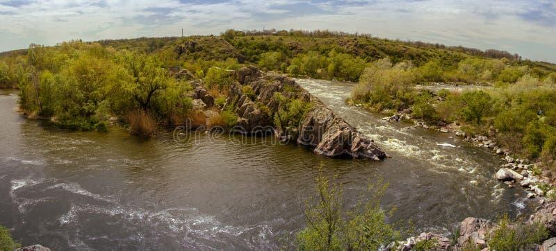 Stenigt landskap nära den Mihiia floden Bergen och riven royaltyfri foto