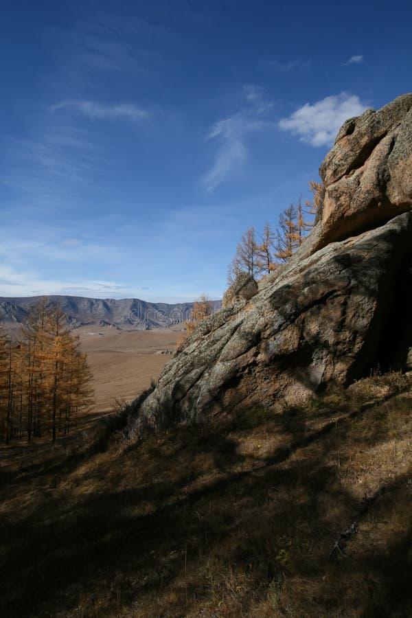Stenigt landskap och blå himmel, Mongoliet royaltyfri fotografi