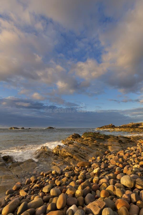 Stenigt landskap på den nordliga kusten av Skottland på molnig eftermiddag royaltyfri foto