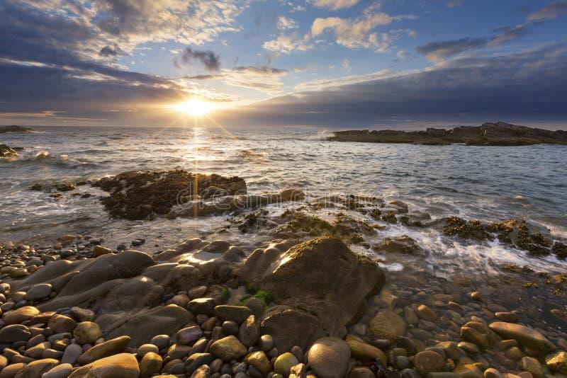 Stenigt landskap p? den nordliga kusten av Skottland p? molnig eftermiddag royaltyfria bilder