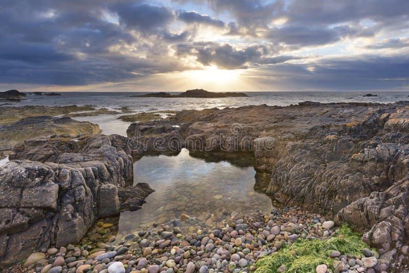 Stenigt landskap p? den nordliga kusten av Skottland p? molnig eftermiddag arkivfoton