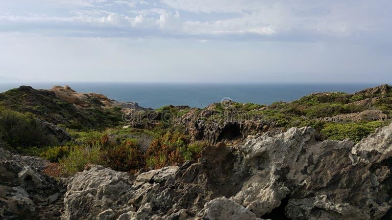 Stenigt landskapberg med havet på bakgrunden royaltyfri fotografi