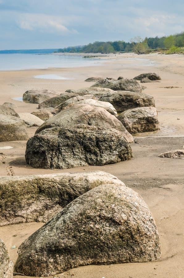 Stenigt på kust av det baltiska havet i morgonen royaltyfri foto