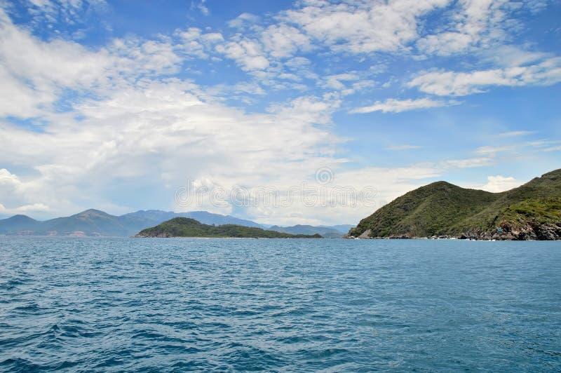 Stenigt vagga kanten i sydkinesiska havet, kustlinjen av är royaltyfri fotografi