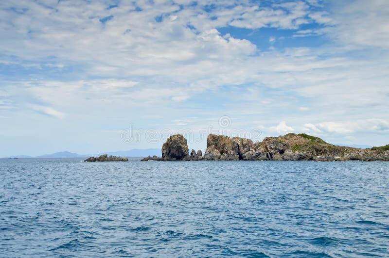 Stenigt vagga kanten i sydkinesiska havet, kustlinjen av ön av Hong-Mun royaltyfri bild
