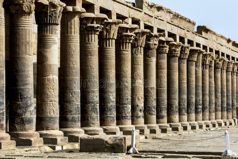Stenkolonnerna av den västra kolonnaden på Philae royaltyfri foto