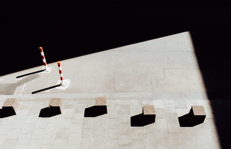 Stenkuber på trottoar royaltyfria foton