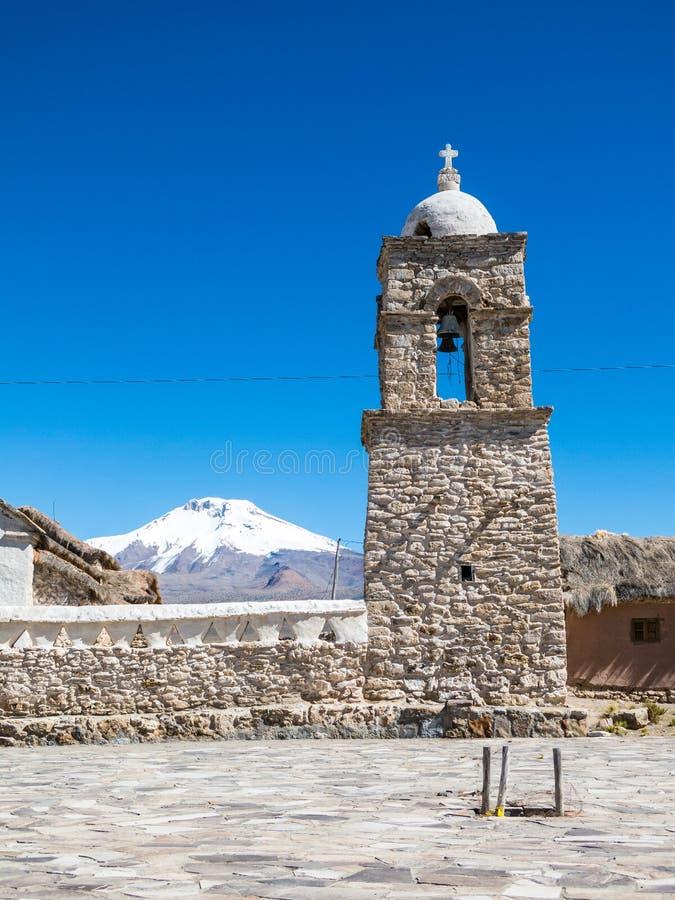 Stenkyrka av byn av Sajama Den lilla Andean staden av arkivfoto