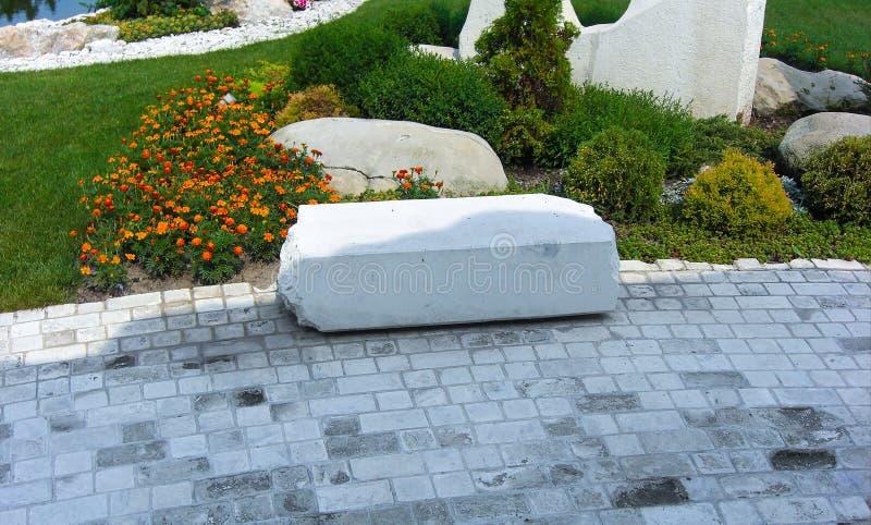 Stenläggning för konkret kvarter av den trädgårds- banan royaltyfria foton