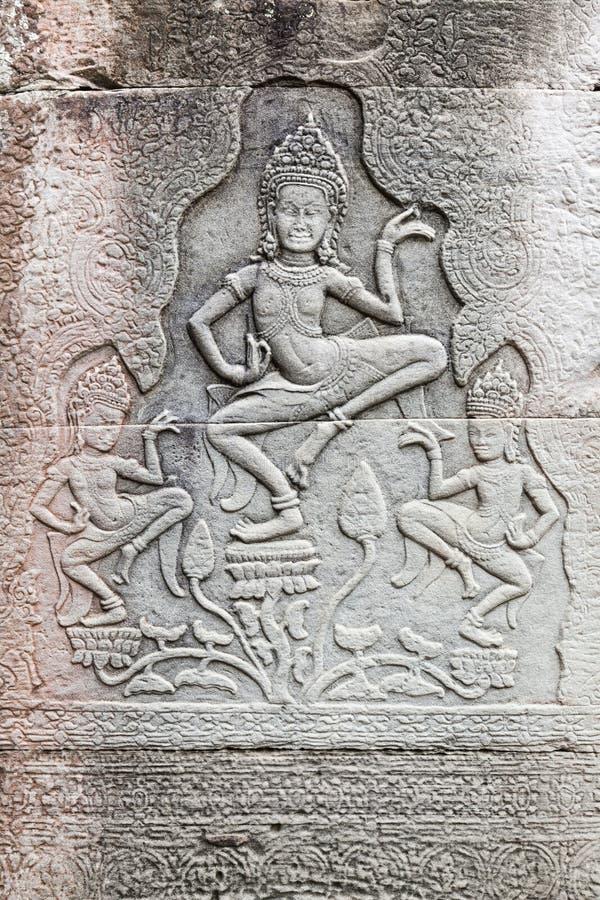 Stenlättnad med Apsara dansare royaltyfria bilder