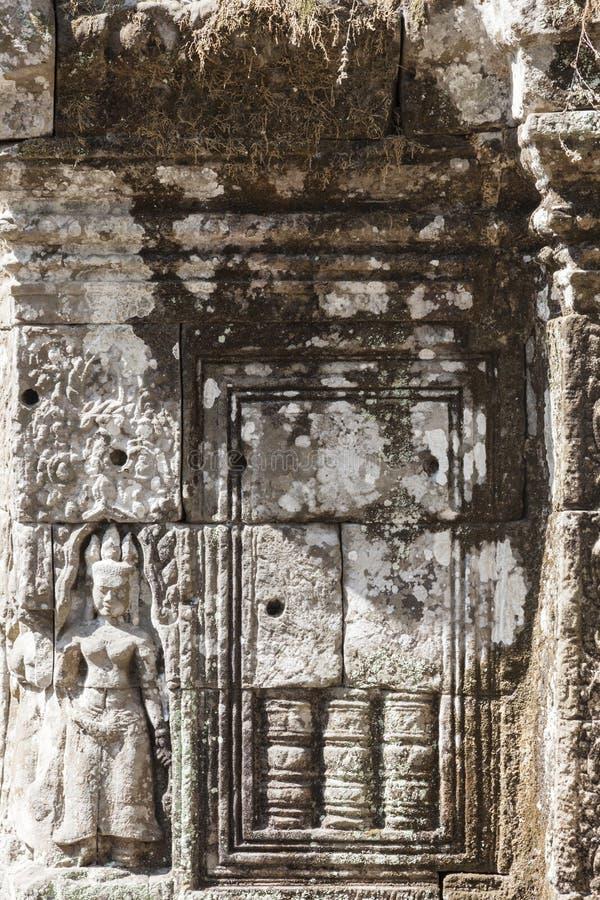 Stenlättnad med den Apsara dansaren i Angkor arkivfoton