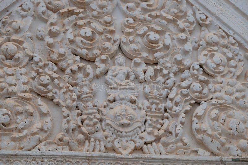 Stenlättnad ovanför ingången för forntida tempel, asia royaltyfri fotografi