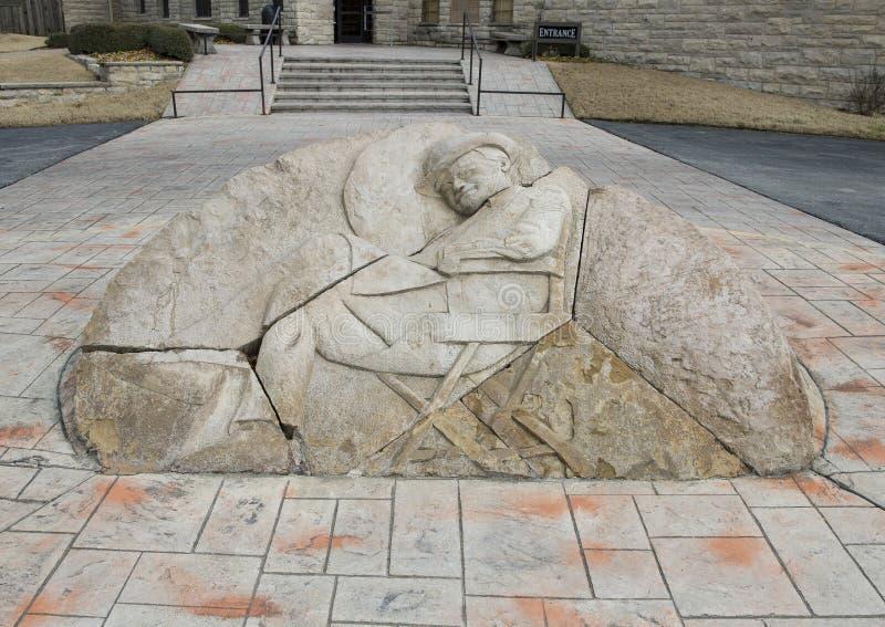 Stenlättnadsskulptur framme av willen Rogers Memorial Museum, Claremore, Oklahoma royaltyfri bild