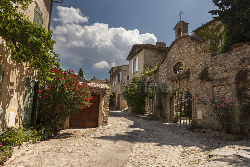 Stenlagd gata i denbindsallat byn, Provence fotografering för bildbyråer