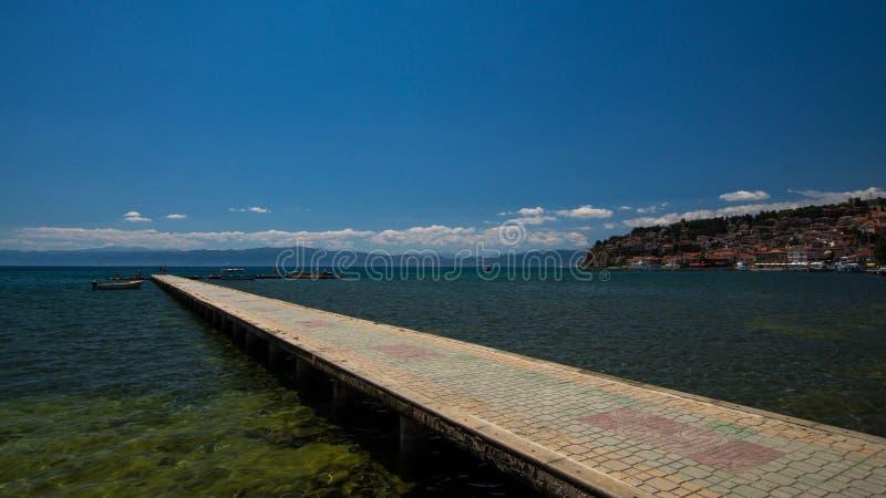 Stenlagd landgång över sjön Ohrid arkivfoto