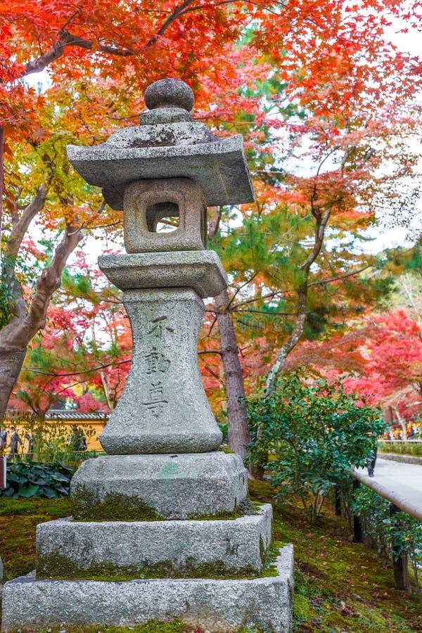 Stenlyktor på den Kinkaku-ji templet i Kyoto royaltyfri bild
