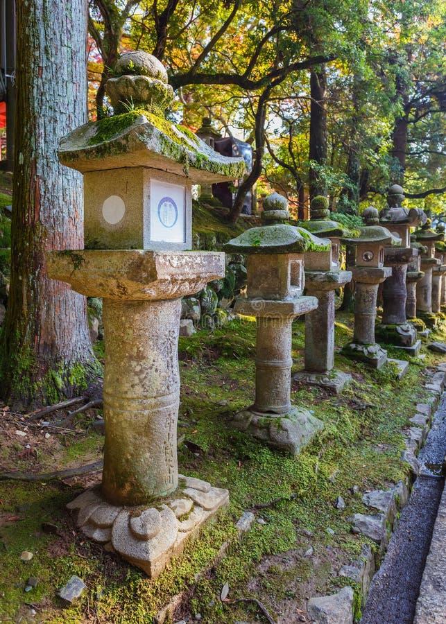 Stenlyktor på Kasuga Taisha i Nara arkivfoto