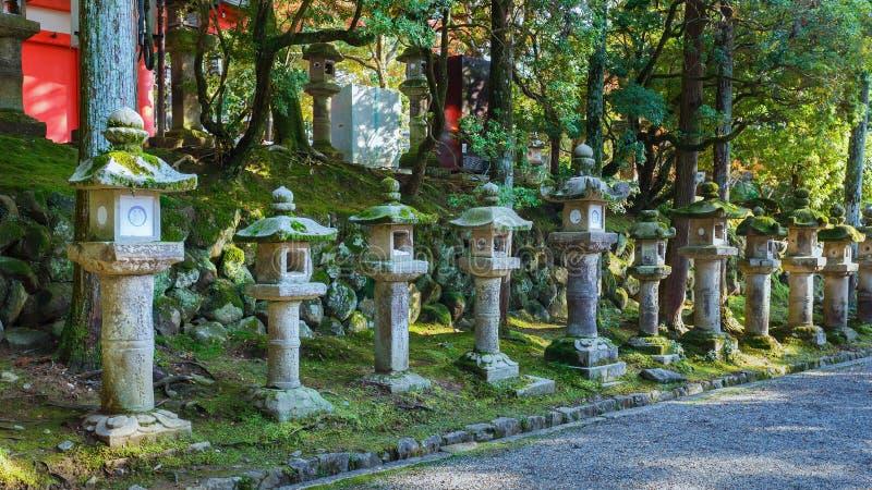 Stenlyktor på Kasuga Taisha i Nara royaltyfri bild