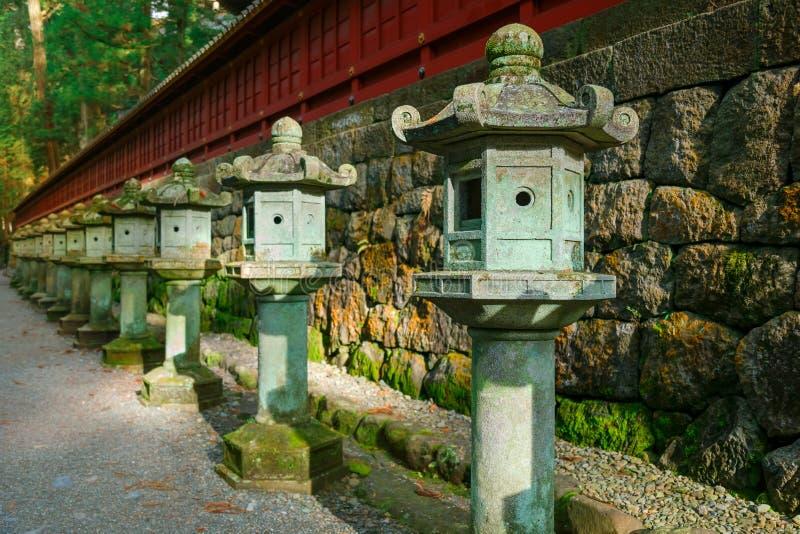 Stenlyktor på sidan av den Nikko Toshogu relikskrin fotografering för bildbyråer