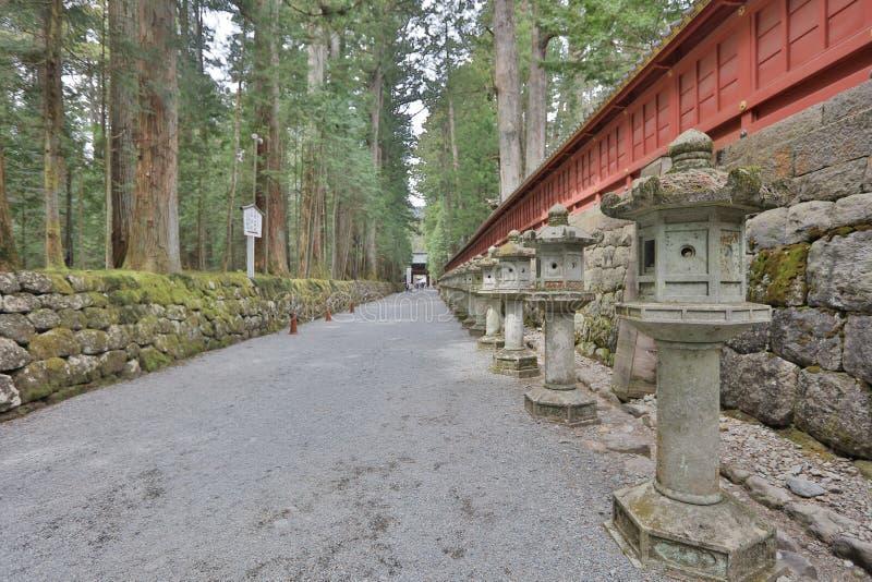 Stenlyktor på sidan av den Toshogu relikskrin arkivfoton