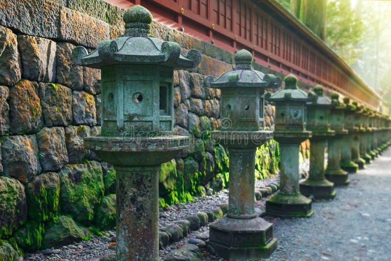 Stenlyktor på sidan av den Toshogu relikskrin i Nikko, Japan arkivbilder