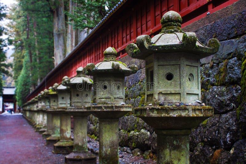 Stenlyktor på Toshogu förvarar, Nikko, Japan arkivbilder