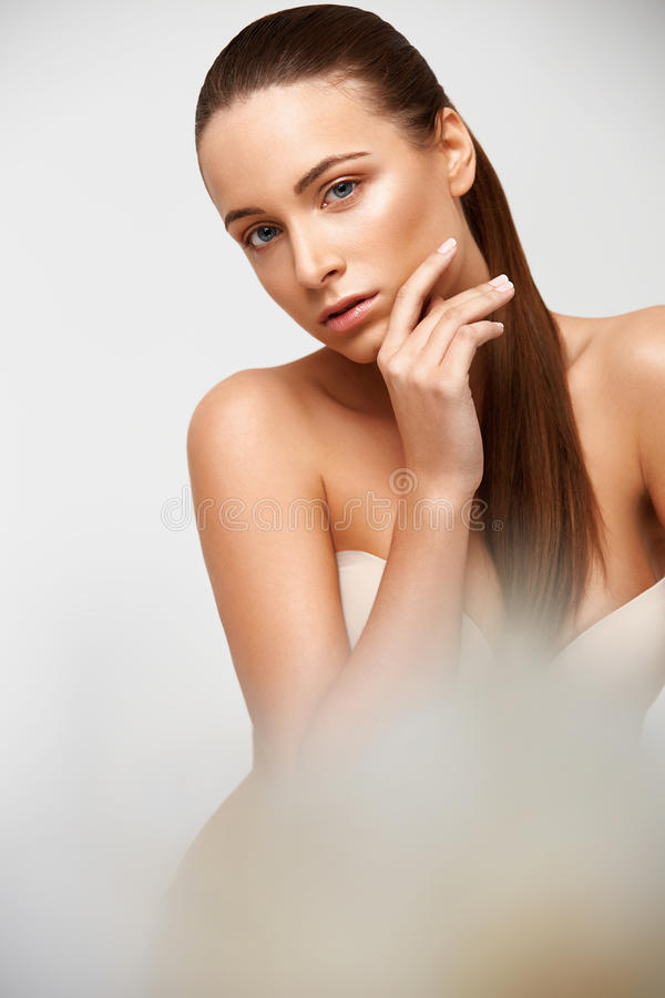Stenmassage på white Härlig flicka som trycker på hennes framsida perfekt hud Skinc arkivfoto
