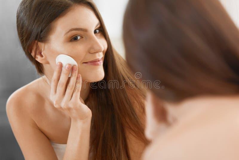 Stenmassage på white Härlig kvinna som gör ren hennes framsida Cosmetology och mor royaltyfria foton