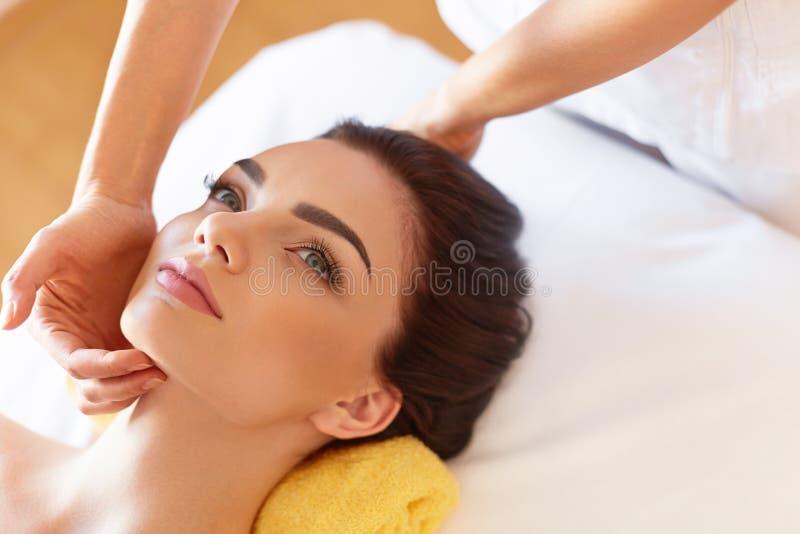 Stenmassage på white Härlig ung kvinna som får en framsidabehandling på Bea arkivbild